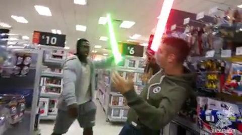 Un grupo de personas generan disturbios en un centro comercial, previo al estreno de Star Wars: Episodio VIII
