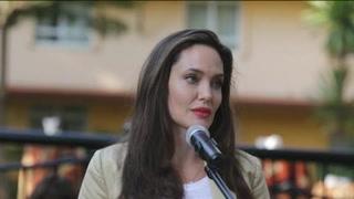 Jolie apoya a niñas refugiadas en Kenia