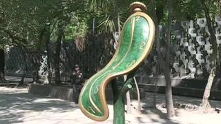 Sacan obra de Dalí a la calle en Ciudad de México