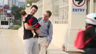 Pareja gay logra custodia de una niña subrogada en Tailandia