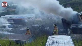 Al menos 20 carros se queman en voraz incendio en la DPI
