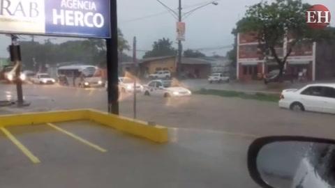 Intensas lluvias con actividad eléctrica inundan calles