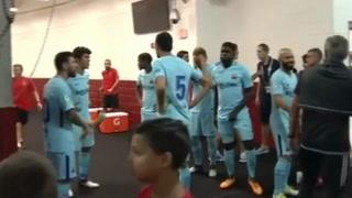 Mourinho se abrazó con Messi y saludó uno a uno a los jugadores del Barcelona