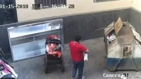 Hombre arroja bebé a contenedor de basura en China
