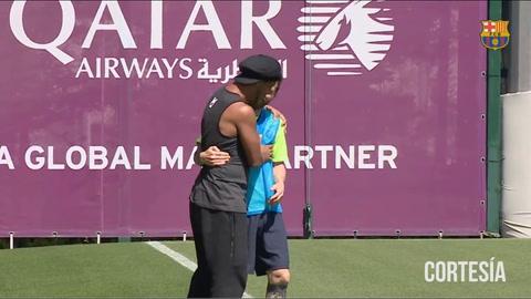 El emotivo reencuentro de Ronaldinho con Messi en el plantel del Barcelona