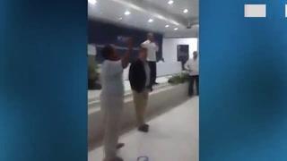 Activistas interrumpen conferencia de Felipe Calderón