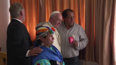 Indígenas, jóvenes y atentados en segunda jornada papal en Chile