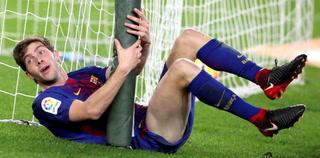El golpe terrible que se llevó Sergi Roberto en el gol de Luis Suárez