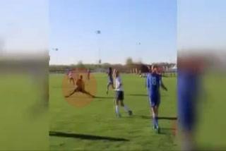 El árbitro con más estilo para evitar un balón: ¡se abre de piernas como si nada!