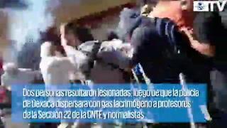 Policías y maestros se enfrentan en Zócalo de Oaxaca