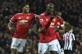 Manchester United golea 4-1 a Newcastle en el regreso de Zlatan