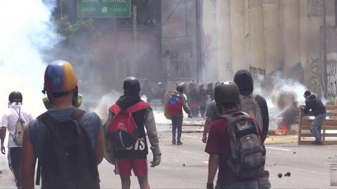 Policía y oposición se enfrentan en protestas por octava semana