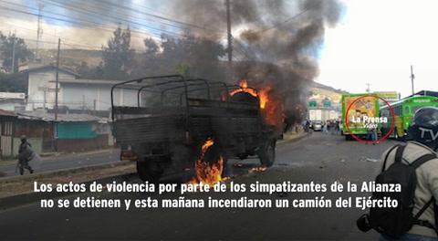 Simpatizantes de la Alianza de Oposición incendian camión militar