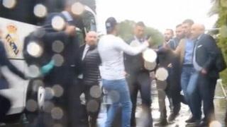 Lo que provoca CR7: Seguridad privada del Real Madrid le cayeron como avispas a un aficionado