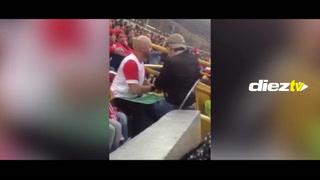 Sin palabras: así ayuda a su amigo ciego a seguir el fútbol