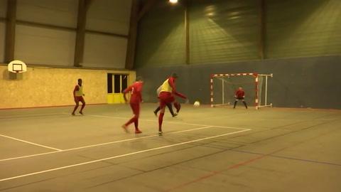 Fútbol caminado para mover a las personas mayores