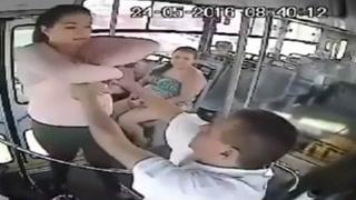 Pasajera golpea a chofer por negarle bajada prohibida