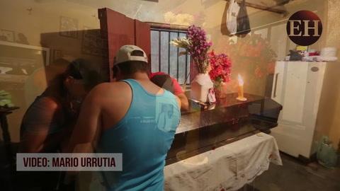 Amigos y familiaresle le dan el último adiós a las víctimas de la masacre de la Villanueva