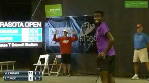 Bulla de pareja que mantenía intimidad interrumpe un partido de tenis