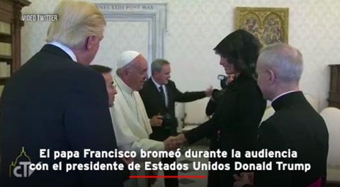 El Papa Francisco bromea con Melania frente a Trump