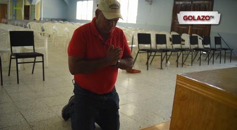 DT del Vida cumple promesa tras salvar la categoría e ingresó de rodillas a la iglesia