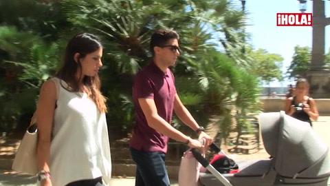 Melissa Jiménez y Marc Bartra, primer paseo con su hija Gala