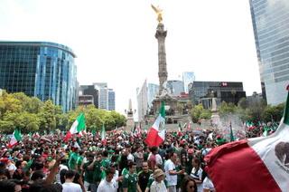 Hincha mexicano le propone matrimonio a su novia en pleno festejo de la selección
