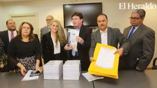 Esdras A. López recibe formularios del TSE para inscribir partido