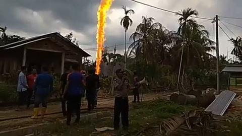 15 muertos en incendio de pozo de petróleo ilegal en Indonesia