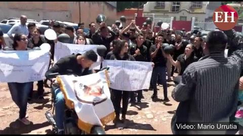 Estudiantes del Técnico Honduras dan último adios al profesor asesinado