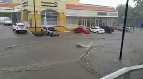 Unos 20 minutos de lluvia dejan inundadas calles de San Pedro Sula