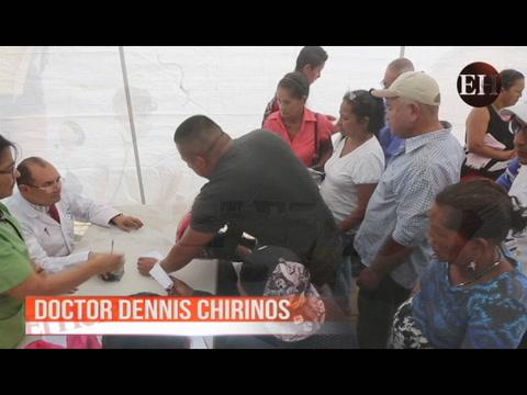 Doctor Dennis Chirinos atiende a sus pacientes sobre Trans 450 frente al Hospital EscuelaDoctor