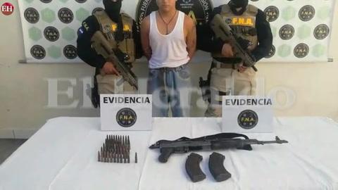Policía captura supuesto extorsionador y con una arma AK 47