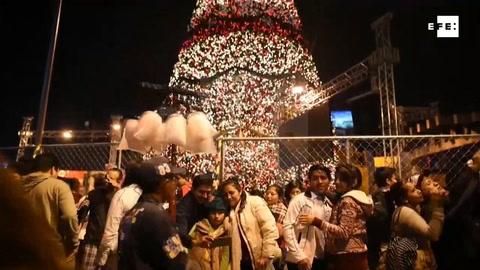 Un árbol gigante enciende el espíritu navideño de Guatemala