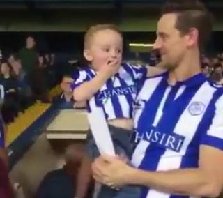 La épica reacción de un niño al visitar por primera vez el estadio de su club