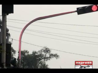 لاہور میں انوکھا ٹریفک سگنل ۔۔پورا کھمبا ہی جل اٹھا