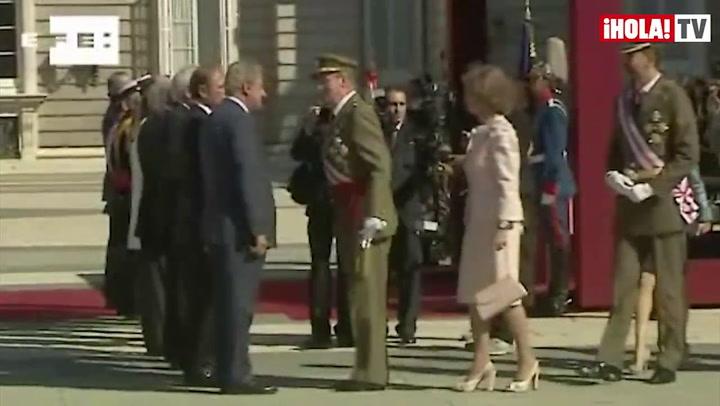 El Rey, junto a la Reina, los Príncipes y la infanta Elena, condecora al regimiento de los \
