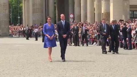 La esposa del príncipe Guillermo de Inglaterra da a luz un hijo