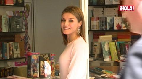 Doña Letizia, reina de las fotografías y los autógrafos en la Feria del Libro