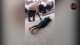 Un maestro azota en público a sus estudiantes por no asistir a clases