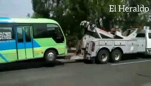 Grúas decomisan unidades de transporte que bloquean pasos en la capital