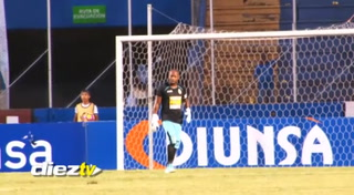 El berrinche de Yul Arzú durante el partido contra Olimpia en el estadio Nacional