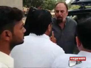 کراچی میں پی ٹی آئی کے دو ارکانِ اسمبلی لڑپڑے