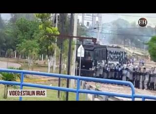 Batalla campal entre el MEU y Policían Antimotines en el bulevar Suyapa