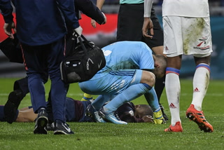 Mbappé sale retirado en camilla y aturdido tras ser arrollado contra el Lyon
