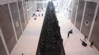 Ai WeiWei mira a los refugiados en su mayor instalación