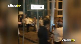 Barra catracha llega a las afueras del hotel de la selección nacional