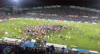 Invasión de los aficionados de Getafe ¡Hasta los asientos tiraron al campo!