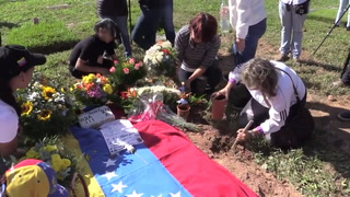 Piloto rebelde venezolano es enterrado sin aval de familiares
