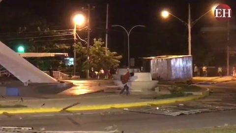 Disturbios: Ciudadanos destruyen la nueva rotonda en Choluteca
